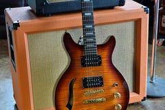 Rör ampere som är combo med den halva akustiska elektriska gitarren Arkivbild