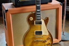 Rör ampere som är combo med den historiska elektriska gitarren Arkivbild