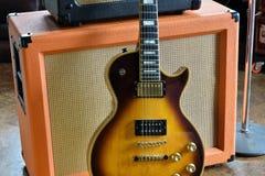 Rör ampere som är combo med mintkaramellvntagen es 1974 Paul Custom Electric Guitar Arkivfoton