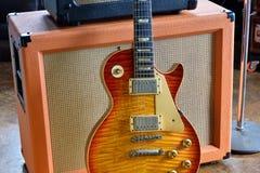 Rör ampere som är combo med 59 Paul Standard Electric Guitar Royaltyfri Bild
