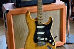 Rör ampere som är combo med Stratocaster den elektriska gitarren 1972 Royaltyfria Bilder