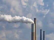 Rör av ett stort företag mot den molniga himlen Vit rök kommer ut ur ett rör Royaltyfria Foton