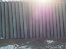 Rör för asbestcement som förläggas i vertikal position royaltyfri bild