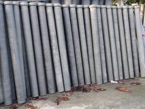 Rör för asbestcement som förläggas i vertikal position royaltyfri fotografi
