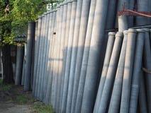 Rör för asbestcement som förläggas i vertikal position royaltyfri foto