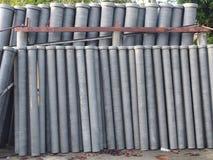 Rör för asbestcement som förläggas i vertikal position royaltyfria bilder