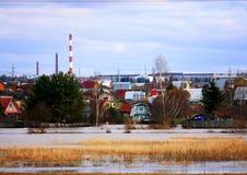 Rör med rök, stads- landskap i vintern, miljön, global uppvärmning, växthuseffekt Arkivfoto