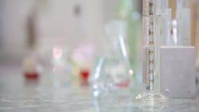 Rör och dryckeskärlar på tabellen stock video