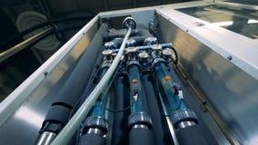 Rör och tryckindikatorer av en spritfabrikmaskin arkivfilmer