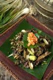 Rör småfisk spillda Gill Fungus med vita chili och den lokala löken Arkivfoto