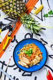 Rör småfisknudlar som traditionell kines wokar, pinnar, ingredienser asiatiska nudlar arkivbilder