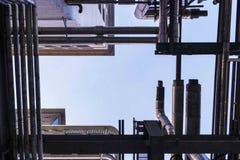 Rör som bildar linjer i den industriella Philips Area Strijp S Arkivfoto