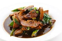 Rör stekt griskött med basilika och ägget som tjänas som med ris Arkivbild