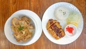 Rör stekt griskött med ris eller butadon, stekt griskött med ris eller tonen Arkivbild
