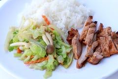 Rör stekte grönsaker och grillade fega bröst med thai jasminris i den vita maträtten på vit bakgrund Thailändsk stil Fo royaltyfri bild