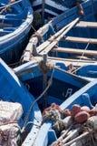 röra av små blåa fiska slagträn kurade tillsammans i port arkivfoto