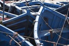röra av små blåa fiska slagträn kurade tillsammans i port royaltyfri bild