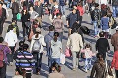Röra folkmassa i Dalian, Kina royaltyfria foton