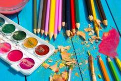 Röra i artist&en x27; s-studio, vattenfärgmålarfärger och färgade blyertspennor Royaltyfria Foton