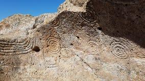 Röra sig i spiral konster på neolitiska gravvalv (domus de janas) i Montessus nekropol Arkivfoton