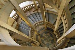 Röra sig i spiral trappa arkivfoto