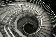 Röra sig i spiral trappa royaltyfria foton
