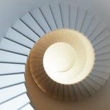 Röra sig i spiral trappuppgången Arkivfoton