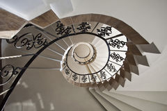 Röra sig i spiral trappuppgången Arkivbilder