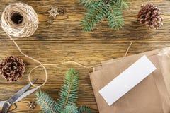 röran på tabellen Inpackning av en smartphone för en gåva Ställe fo Royaltyfria Foton