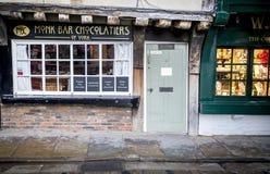 Röran, York 16th Februari 2018 Munkstången som är mer chocolatier av pittoreska York, shoppar på den historiska röran i York Royaltyfria Foton