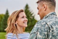 Rörande ögonblickssoldat som går tillbaka från armén fotografering för bildbyråer