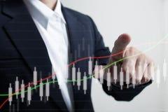 Rörande ökande graf för affärsman Royaltyfria Bilder