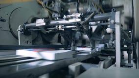 Rörande böcker för industriell maskin, typografisk utrustning stock video