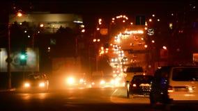Rörande bilar i den moderna staden stock video