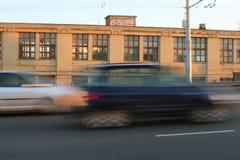 Rörande bilar med effekt för rörelsesuddighet Arkivbild