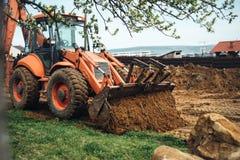 rörande bulldozer för tung jord som gör landskap och flyttande jord Arkivbild