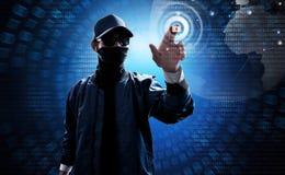 Rörande datorskärm för en hacker som låser hemliga data upp Arkivfoton