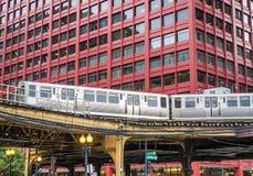 Rörande drev på högstämda spår inom byggnader på den öglas-, exponeringsglas- och stålbron mellan byggnader Royaltyfri Fotografi