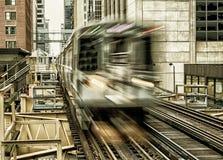 Rörande drev på högstämda spår inom byggnader på den öglas-, exponeringsglas- och stålbron mellan byggnader - Chicago centrum Arkivbilder