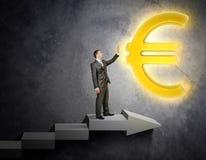 Rörande eurotecken för affärsman Arkivbilder