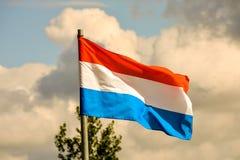 Rörande flagga i vinden Arkivbilder