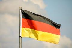 Rörande flagga i vinden Arkivbild