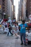 Rörande folk för NEW YORK - USA 16 JUNI 2015 stad Arkivbild