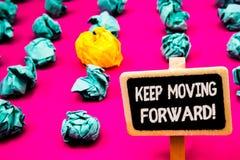 Rörande framåtriktat Motivational appell för begreppsmässig uppehälle för handhandstilvisning Framsteg för optimism för affärsfot royaltyfria foton
