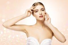 Rörande framsida för kvinna, skönhetmodell Skin Care, härlig flicka Natu royaltyfri foto