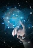 Rörande globalt nätverk för affärskvinna på renderi för planetjord 3D Royaltyfria Bilder