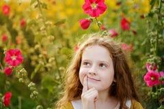Rörande haka för eftertänksam liten flicka med den tänkande uttrycksframsidan royaltyfria bilder