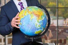 Rörande jordklot för affärsman med handen Royaltyfri Fotografi