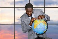 Rörande jordklot för afro- affärsman royaltyfria bilder