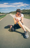 Rörande knä för idrotts- kvinna vid smärtsam skada in royaltyfri fotografi